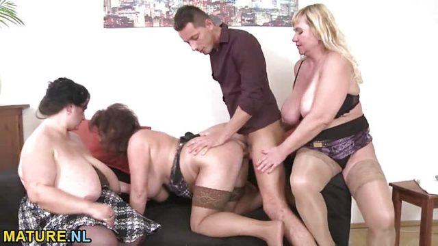 Дикий трах молодого парня с тремя развратными бабульками